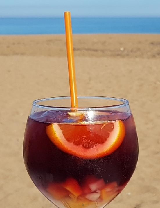 glas sangria op het strand denia