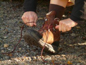 wandelschoenen veters strikken
